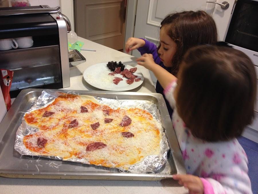 Cocinando pizza casera con las peques