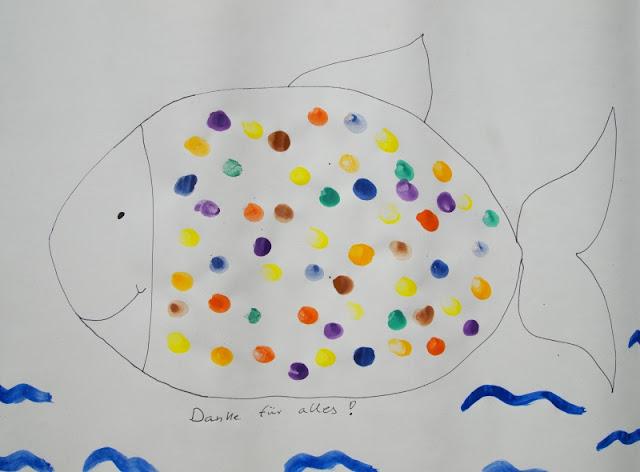 """DIY: Ein süßer Fisch mit Fingerabdrücken als ganz persönliches Dankeschön.Toll als Geschenk oder um einfach mal """"Danke"""" zu sagen, für Kita, Tagesmutter oder Schule. Auf Küstenkidsunterwegs gibt's eine einfache Anleitung für Abdrücke mit Wasserfarben, die auch mit kleinen Kindern umsetzbar ist"""