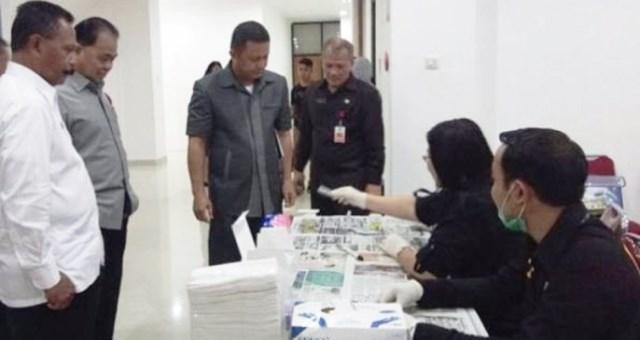 Julius Jems Tuuk (Anggota DPRD Sulut) dan Bartolomeus Mononutu (Sekwan DPRD Sulut) saat melakukan tes urine oleh BNNP Sulut
