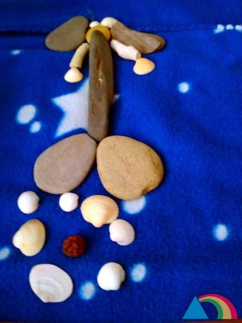 Sirena hecha con piedras y conchas