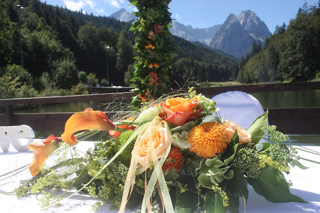 Altargesteck in Orange - freie Trauung - Hochzeit mit Reisemotto in Orange, Pfirsich, Apricot - Niederlande meets Russland in Garmisch-Partenkirchen, Riessersee Hotel, Bayern - Travel themed wedding orange colour scheme