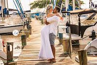 ensaio pré-wedding pré casamento realizando à bordo de uma lancha no rio guaíba, navegando num lindo entardecer de primavera, com o céu, o rio e o sol abençoando o casal