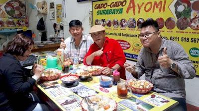 John Tralala saat menikmati gado-gado Surabaya Ayomi