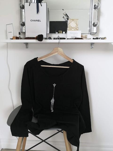 annelies design, webbutik, webbutiker, kläder, sixty days, t-shirt, svartvit, svart, svarta, giraff, giraffer,