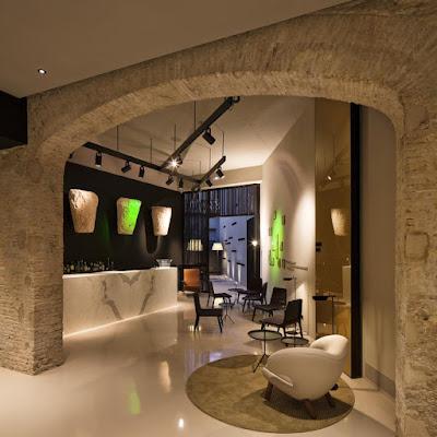 Distribuidor y Bar del Caro Hotel con diversos restos arqueológicos expuestos o integrados en la estructura