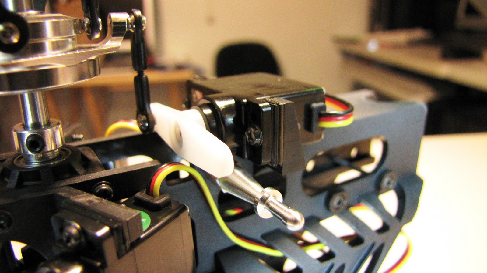 Building a Mini-Titan E325 SE: Electric System 1-2 (Elevator Servo)