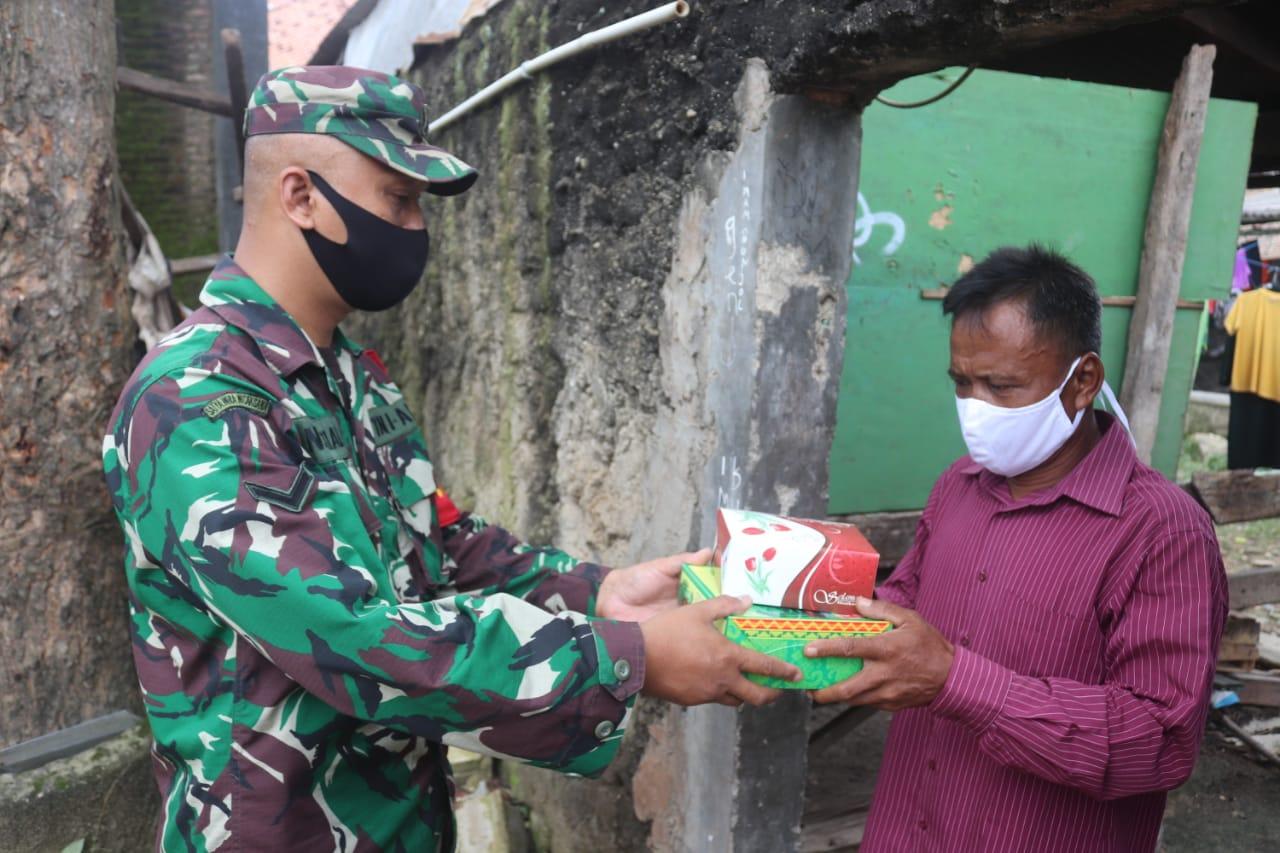 Babinsa Koramil 410-01Panjang Kodim 0410KBL Serda Novi, sambangi warga dalam rangka berbagi Nasi Kotak dan Snack di wilayah binaannya