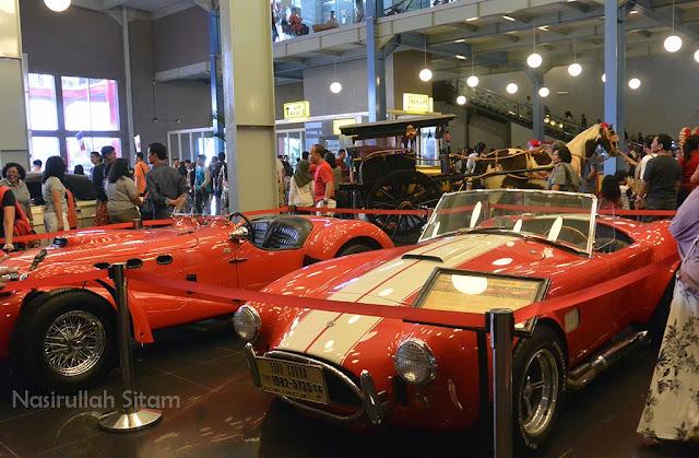 Mobil-mobil di lantai satu Museum Angkot Malang