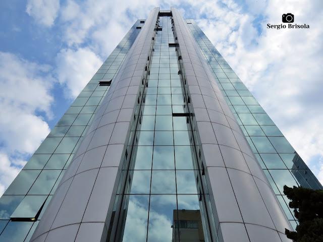 Perspectiva inferior da fachada do moderno Edifício Brasília Tower - Santana - São Paulo