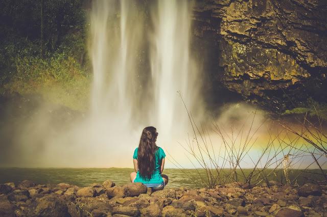 Ellen sentada em frente a Cascata do Chuvisqueiro