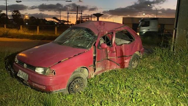 Carro com seis ocupantes bate em postes; duas mulheres morrem e quatro ficam feridos