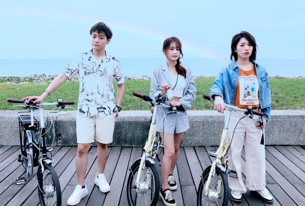 17LIVER鼓手木蘭(左起)小默兒,沐(沐涵)挑戰邊騎電力輔助自行車邊直播互動游台東
