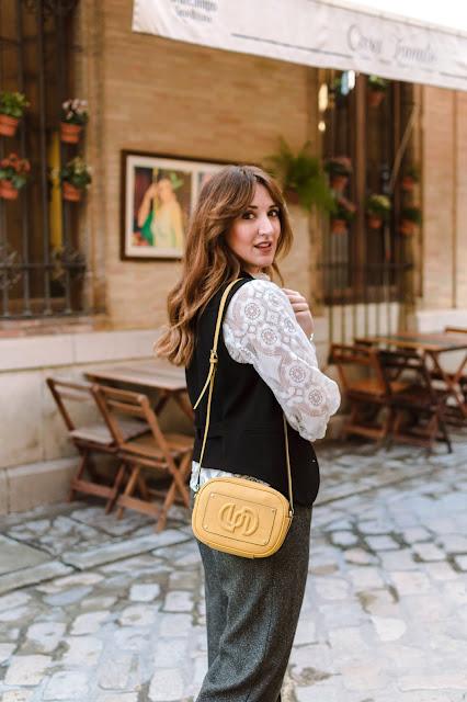 Fashion South con bolso amarillo de Uterqüe, blusa de encaje, chaleco y pantalón ancho