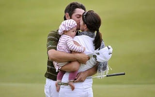 Louis Oosthuizen Kissing His Wife Nel Mare Oosthuizen On The Course