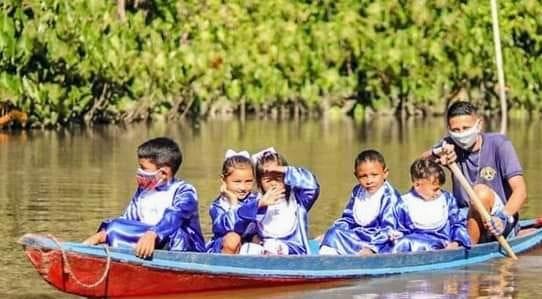 Ribeirinhos vão para formatura do abc de canoa na Amazônia.