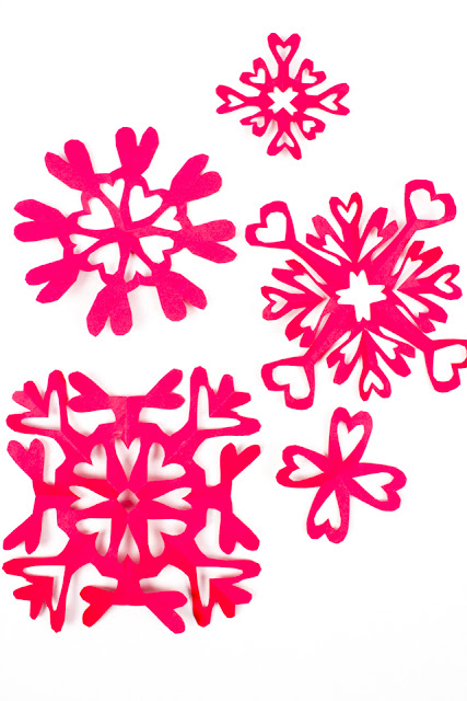 make paper heart snowflakes for Valentine's Day- such a fun kids craft idea!
