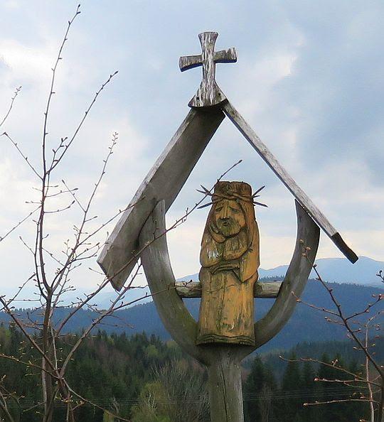 Kapliczka z Chrystusem Frasobliwym.