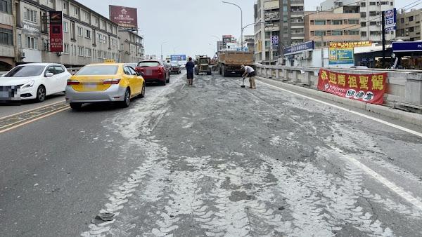 砂石車車斗尾門沒鎖緊 彰化市中央路橋成爛泥路