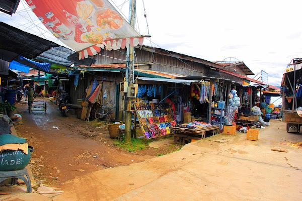 Pueblos a la orilla del Mekong a su paso por Si Phan Don