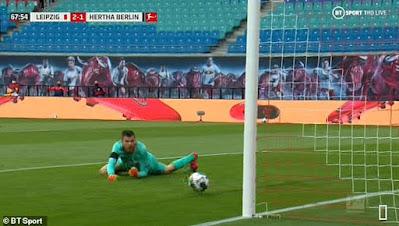 Choáng với pha đấm bóng về lưới nhà của sao Bundesliga