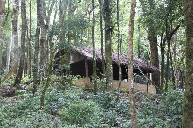 Nhà lán được phục dựng tại Khu di tích Căn cứ Tỉnh ủy