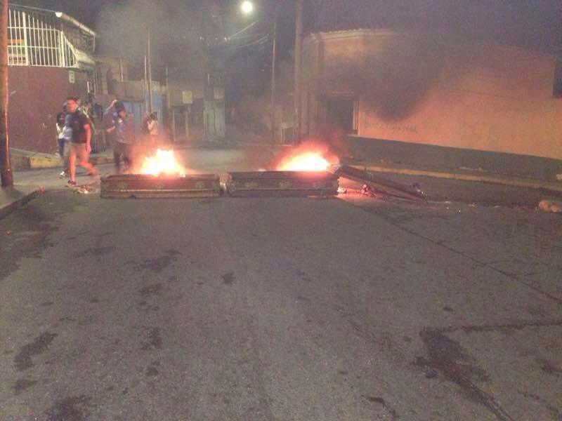 Opositores. Desde Globovisión forzando noticias, hasta quema de ataúdes de encapuchados. Actos terroristas, la verdad de #Venezuela