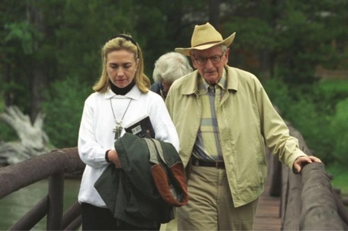 Hillary Clinton y Laurance Rockefeller, fotografía que encendió los rumores sobre el gran acercamiento de los Clinton a los Ovnis. Además el libro que Clinton lleva en el brazo está referido al tema extraterrestre.