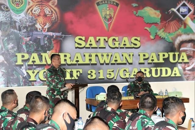 Aslat Kasad Didampingi  Kasdam III/Siliwangi Mengecek Kesiapan Satgas Yonif 315/Garuda