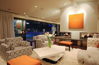 Sala marrón y naranja
