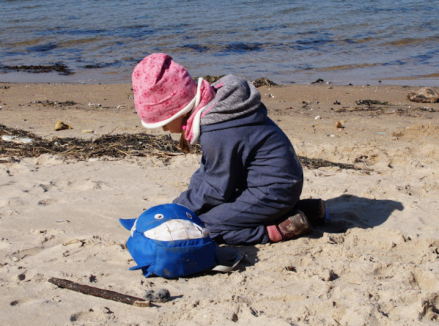 Küsten-Spaziergänge rund um Kiel, Teil 2: Der Ölberg in Mönkeberg. Am Strand von Hasselfelde können Kinder super im Sand spielen, unser Spazierweg führte dort vorbei.