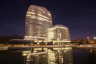photo/high-rise-building-hotel-nigh
