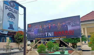 Sambut HUT TNI Ke 75, Polsek Tellu Siattinge Pasang Spanduk Ucapan