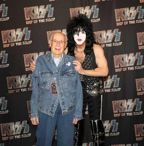 Ο 98χρονος πατέρας του Paul Stanley σε συναυλία των Kiss
