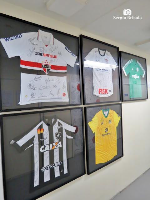 Vista da exposição interna de times de futebol doadores e colaboradores