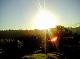 A foto mostra o sol resplandecente e com calor insuportável.