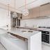 Cozinha contemporânea pequena nude e branca integrada à sala!