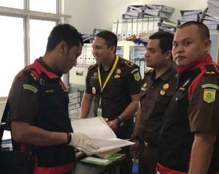 Tim penyidik Kejari Batubara saat memeriksa berkas di RSU Batubara