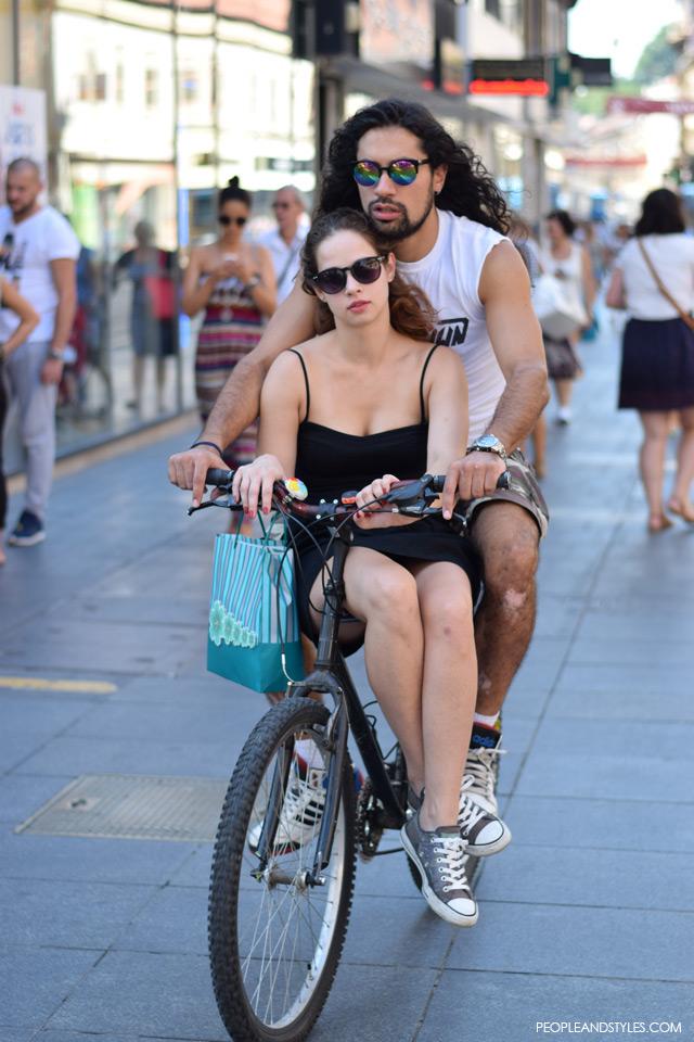 Ulična moda u Zagrebu: nekoliko osunčanih stajlinga, street style fashion back to school, couple on a bike