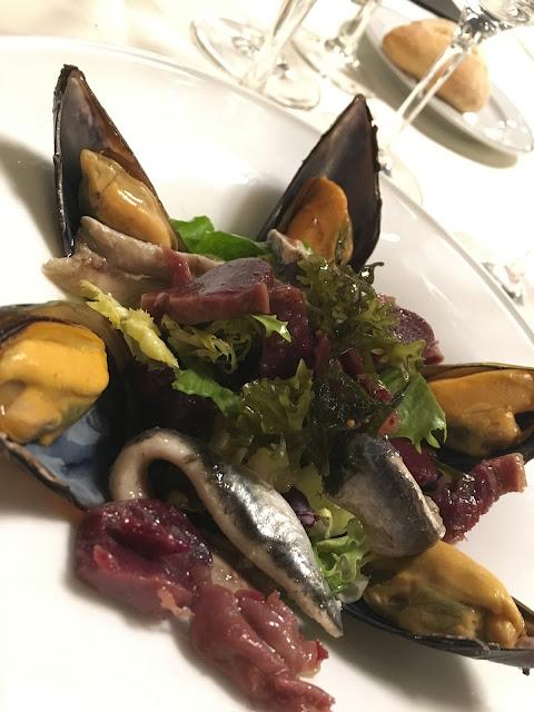 Ensalada de mar y tierra con ahumados del Cantabrico. Cena mibrasa.
