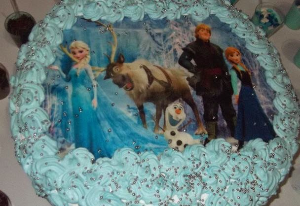 Bolo Frozen com chantilly e papel arroz