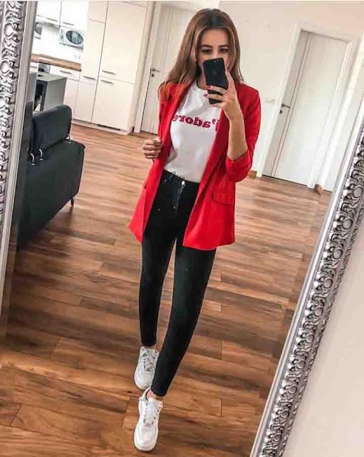 Look calça preta, tshirt e blazer vermelho