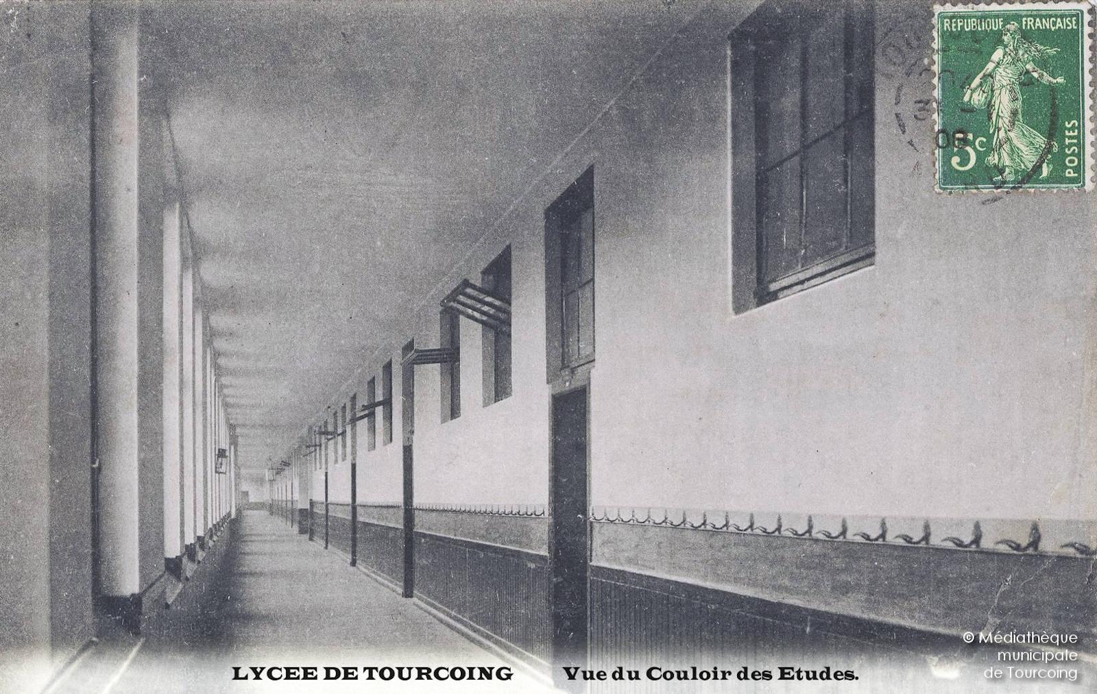 Carte postale ancienne - Lycée de Tourcoing, Couloir des études