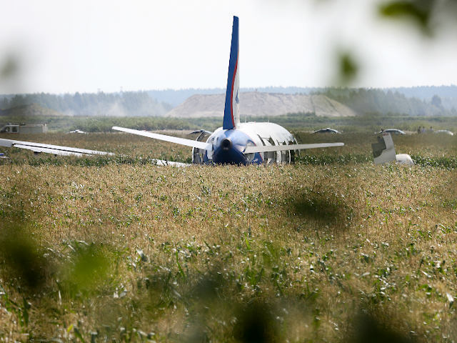 मक्के के खेत में विमान की आपात लैंडिंग कर 230 यात्रियों को बचाया, पायलट को हीरो का दर्जा मिला