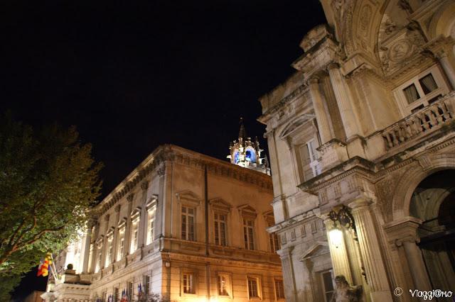 La città di Avignone alle luci della sera