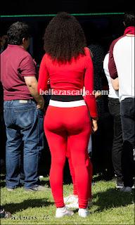Edecan mexicana nalgona usando calzas rojas entalladas