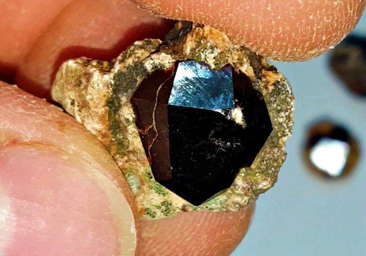 Topraktan çıkarılan elmas taşı tecrübesiz kişiler tarafından sıradan değersiz taşlarla karıştırılabiliyor.
