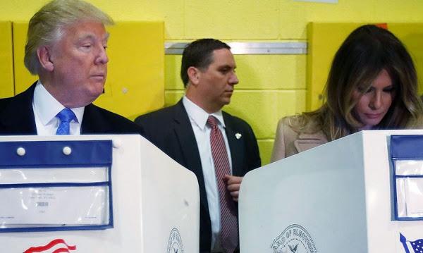 أثارت جدلا واسعا: ترامب يسترق النظر إلى ورقة ميلانيا في مكتب الإقتراع !