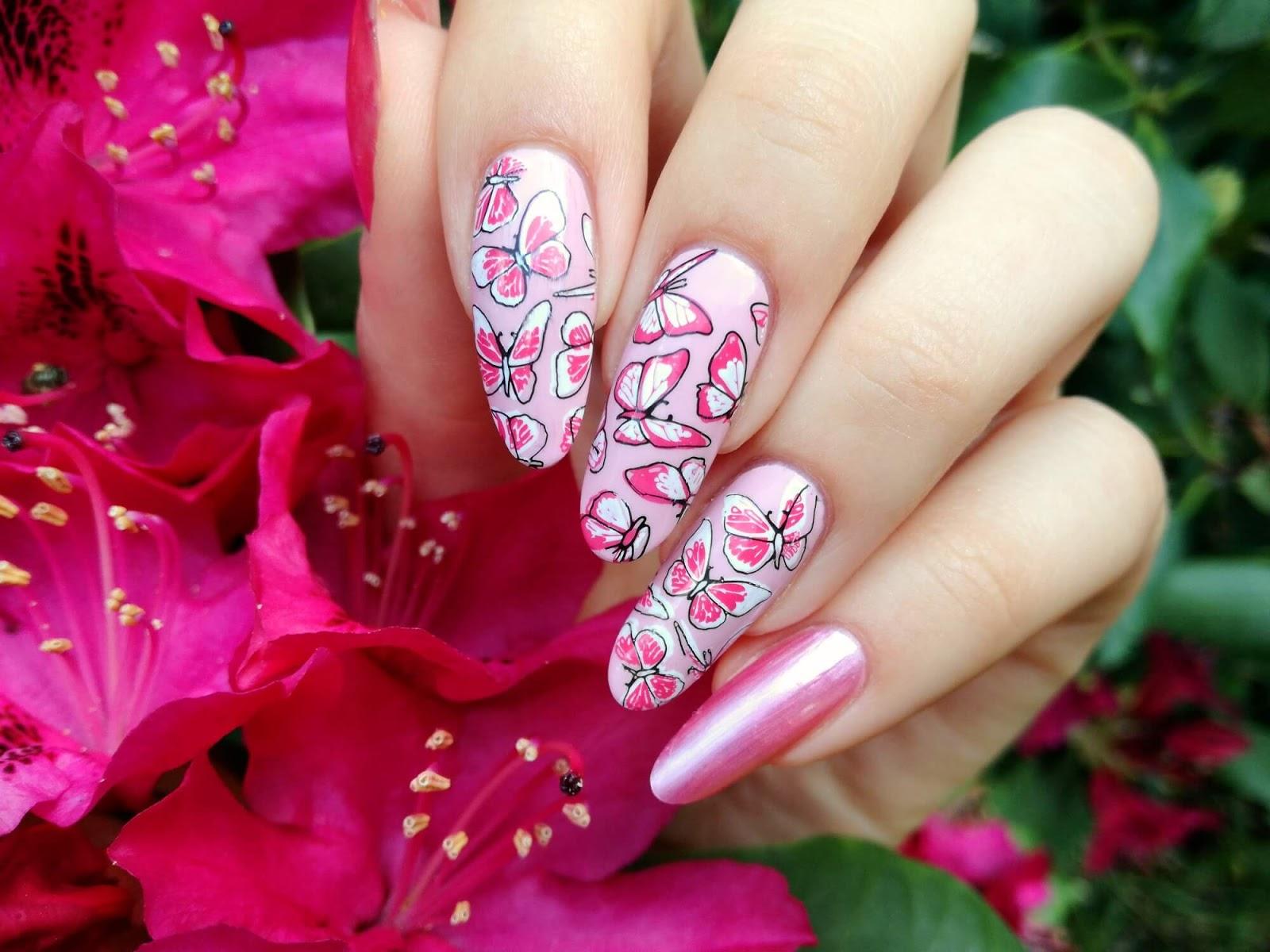 wzór motyli na paznokciach