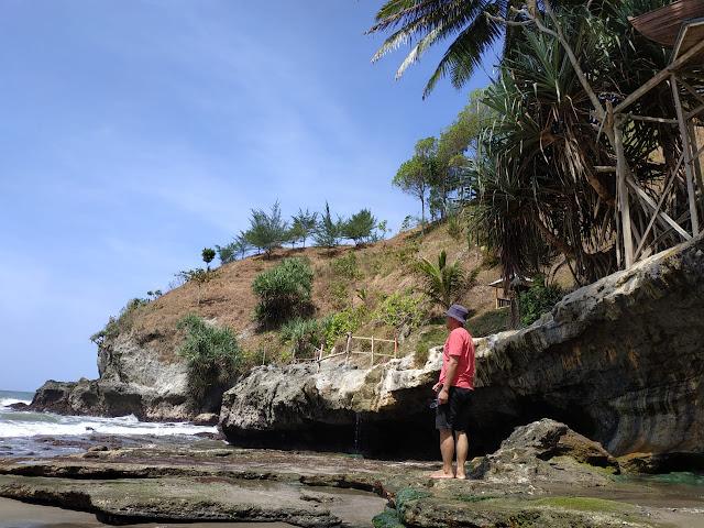 foto dulu di salah satu spot pantai lampon kebumen