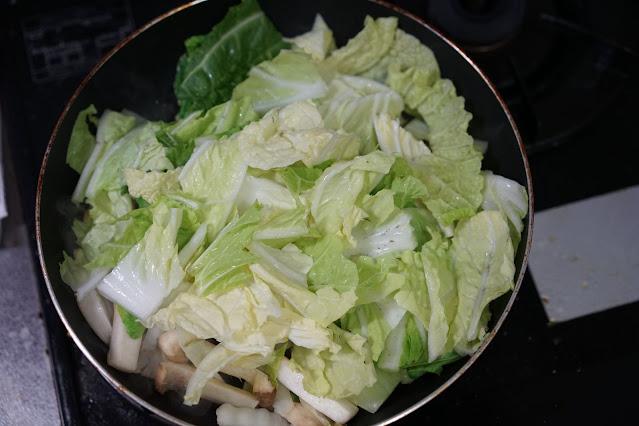 フライパンで白菜が炒められている